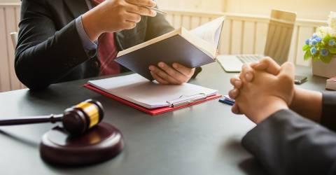 Advocaat verleent juridisch advies aan cliënten. Juridische planning